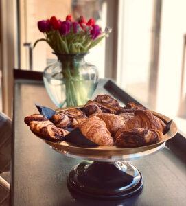 Frische Croissants und Zimtschnecken
